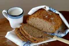 Pan recientemente cocido de Homemeade con leche Fotografía de archivo libre de regalías