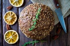 Pan recientemente cocido del multigrain imagenes de archivo