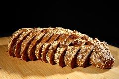 Pan recientemente cocido del multigrain en el fondo rústico, visión superior imágenes de archivo libres de regalías