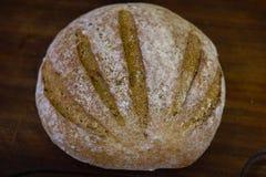 Pan recientemente cocido en la tabla de cocina gris oscuro, visión superior imagenes de archivo