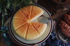 Pan recientemente cocido en la tabla de madera Foto de archivo