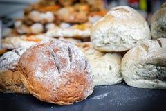 Pan recientemente cocido en una panadería rústica Fotografía de archivo libre de regalías
