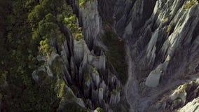 Pan Right, malas sombras de los pináculos de Nueva Zelanda Putangirua aéreas almacen de video