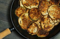 Pan Roasted Eggplant Slices en cacerola negra del metal Fotografía de archivo