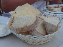 Pan sardo tradicional servido en una cesta imágenes de archivo libres de regalías