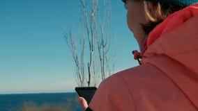 Pan schoss kaukasische Frau in der rosa wählenden Musik für Training im Freien im Winter