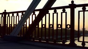 Pan schoss von einem herrlichen Sonnenuntergang auf einer Flussbrücke im Sommer in der Zeitlupe stock video footage