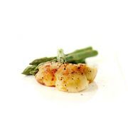Pan Seared Scallops And Asparagus Royaltyfri Foto