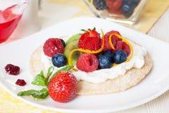 Pan secado con el requesón, bayas, fresas, arándanos, cáscara de naranja, consumición sana, baja en calorías, dieta, comida Foto de archivo