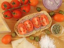 Pan secado Friselle o Freselle en el tablero de madera imagenes de archivo