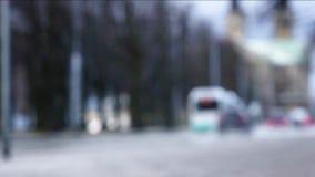 Pan Shot von den Autos und von Bus, die auf nasse Straße nach Regen fahren stock video