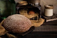 Pan sin levadura en un fondo rústico oscuro Imagenes de archivo