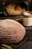 Pan sin levadura en un fondo rústico oscuro Fotografía de archivo