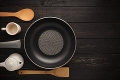 Pan And Spatula Top View vacío en fondo de madera negro Imágenes de archivo libres de regalías