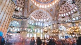 Pan timelapse van het blauwe moskeebinnenland of sultanahmet binnen in de stad van Istanboel in Turkije stock footage