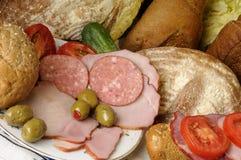 Pan, tomates rojos, aceitunas y carne Fotos de archivo