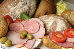 Pan, tomates rojos, aceitunas y carne Foto de archivo libre de regalías