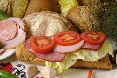 Pan, tomates rojos, aceitunas y carne Imagen de archivo