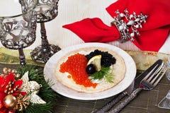 Pan, tortilla curruscante con Año Nuevo del caviar de la comida negra y roja de la Navidad Imagen de archivo