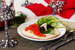 Pan, tortilla curruscante con Año Nuevo del caviar de la comida negra y roja de la Navidad Imágenes de archivo libres de regalías