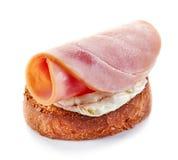 Pan tostado con el queso cremoso y el jamón Fotografía de archivo