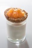 Pan tostado con la capa de atasco de la manzana encima del vidrio descolorido Foto de archivo libre de regalías