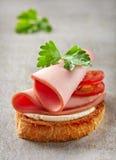 Pan tostado con las rebanadas de la salchicha Fotos de archivo libres de regalías