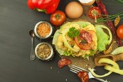Pan tostado con los huevos revueltos Foto de archivo libre de regalías