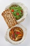 Pan tostado en los platos sabrosos blancos Imagen de archivo libre de regalías