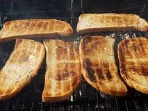 Pan tostado sobre el fuego bajo Imagen de archivo libre de regalías