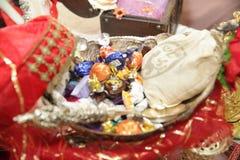 Pan tradicional de la comida de la boda en primer hermoso de la cesta Fotografía de archivo libre de regalías