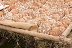 Pan tradicional de la harina de Rye cocinado en sitio durante imagen de archivo