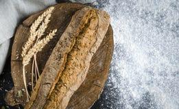 Pan tradicional hecho en casa recientemente cocido en la tabla de madera r?stica fotos de archivo libres de regalías