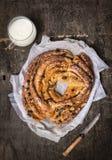 Pan trenzado dulce con las pasas y almendras, taza de leche y cuchillo Fotos de archivo libres de regalías