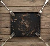 Pan- und Weinlesegabel auf einer Holzoberfläche Lizenzfreies Stockfoto