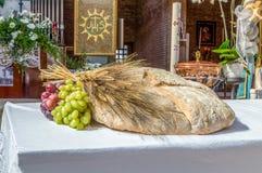 Pan, uvas y símbolo del trigo de Christian Holy Communion en el Ch imagen de archivo