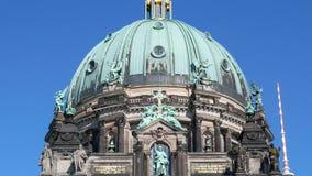 Pan van Berliner Dom, Berlin Cathedral, in Berlijn, Duitsland wordt geschoten dat stock footage