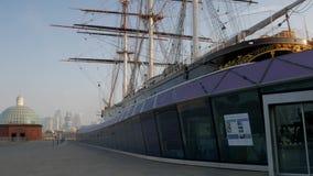 Pan van Cutty Sark aan Canary Wharf stock footage