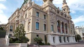 Pan van de mooie bouw van Opera DE Monte Carlo in de lente wordt geschoten die stock video