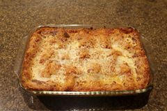 Pan van eigengemaakte lasagna's met gesmolten kaas stock foto