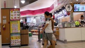 Pan van en mensen wordt geschoten die binnengaan winkelen die stock footage