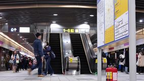 Pan van forenzen wordt geschoten die in en uit MRT bij platform krijgen dat stock videobeelden