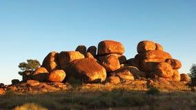 Pan van het marmer van de duivel in Australië bij zonsopgang stock footage