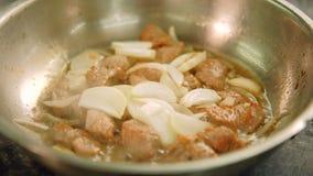 Pan van het rundvleesstukken van de voedselkok de rood vlees gedobbelde stock footage