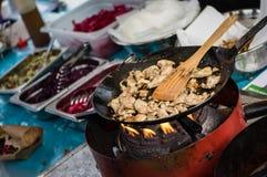 Pan van kippenvlees bij open voedselmarkt in Ljubljana, Slovenië Stock Foto's
