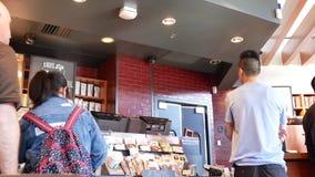 Pan van mensen wordt geschoten die en op hun koffie babbelen wachten die stock videobeelden