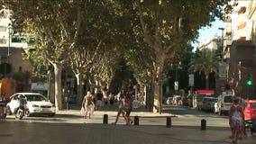 Pan van op en neer op bezige straat in Spanje stock video