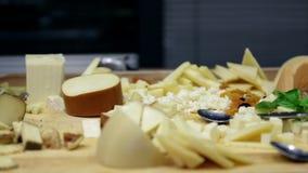 Pan van platen met kaas en salami wordt geschoten die stock video