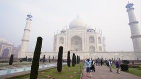 Pan van toeristen in Taj Mahal, Agra, Uttar Pradesh, India wordt geschoten dat stock videobeelden
