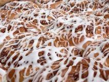Pan van zoete broodjes met het berijpen stock foto